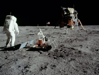 Buzz Aldrin colocando equipamientos para medir seísmos en la Luna.