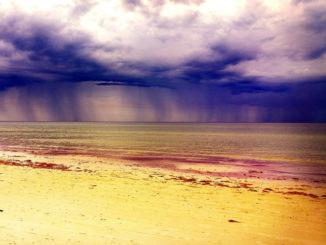 Lluvia vista desde la costa
